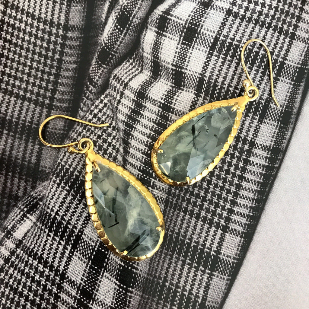 PREHNITE GOLDEN DROP DESIGN EARRING