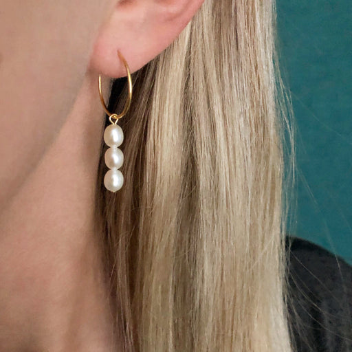 FILIPPA WHITE PEARL GOLDEN CREOL EARRING