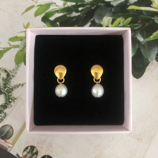 BELLA WHITE PEARL GOLDEN EARRING