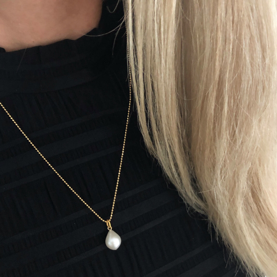 FIONA WHITE PEARL GOLDEN NECKLACE