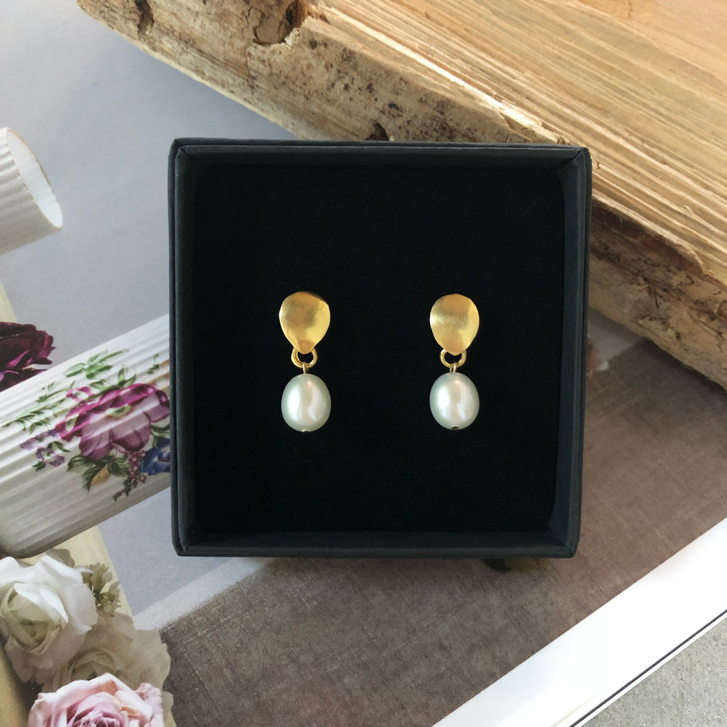 BELLA LARGE WHITE PEARL GOLDEN EARRING