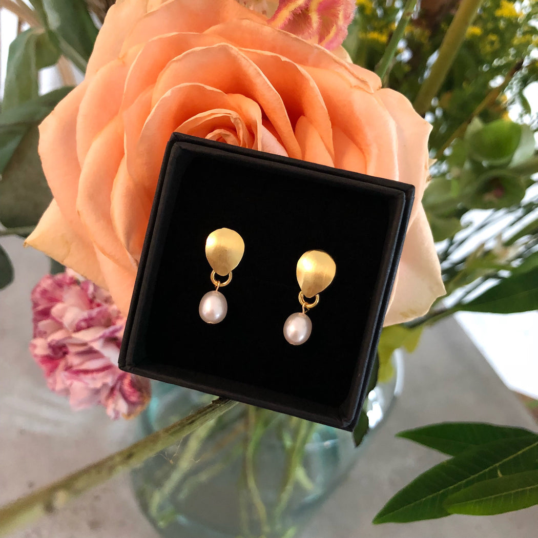 BELLA SMALL WHITE PEARL GOLDEN EARRING