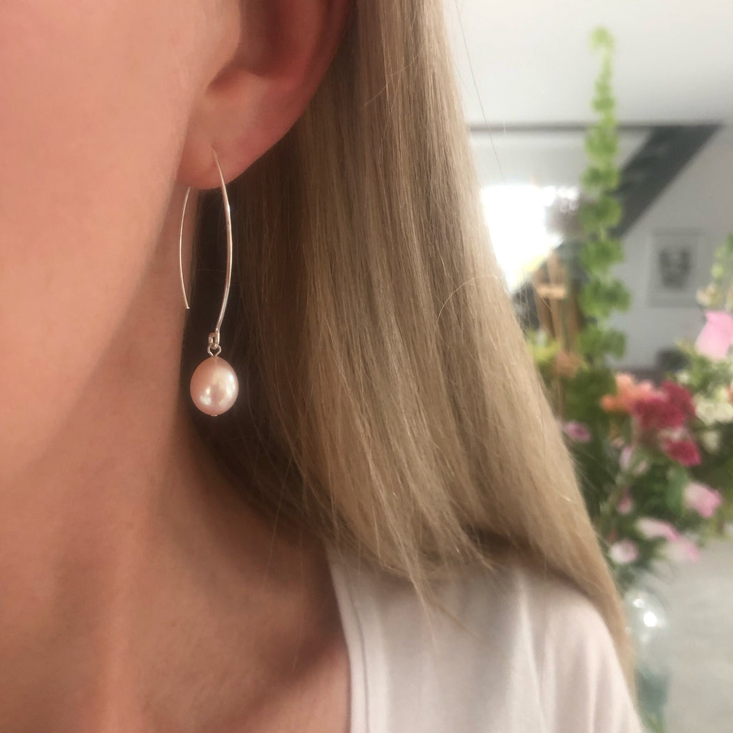 FIONA ROSE PEARL SILVER OVAL CREOL EARRING