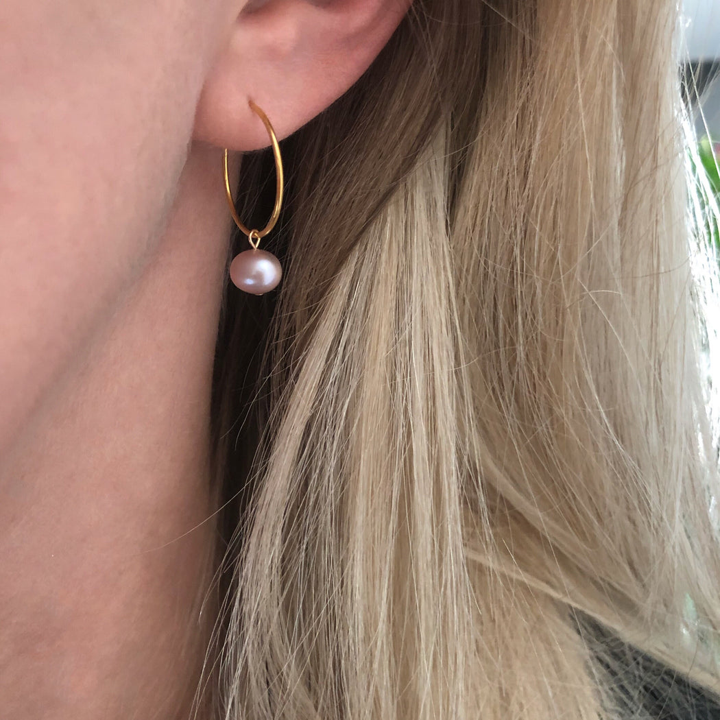 ELLIE ROSE PEARL GOLDEN CREOL EARRING