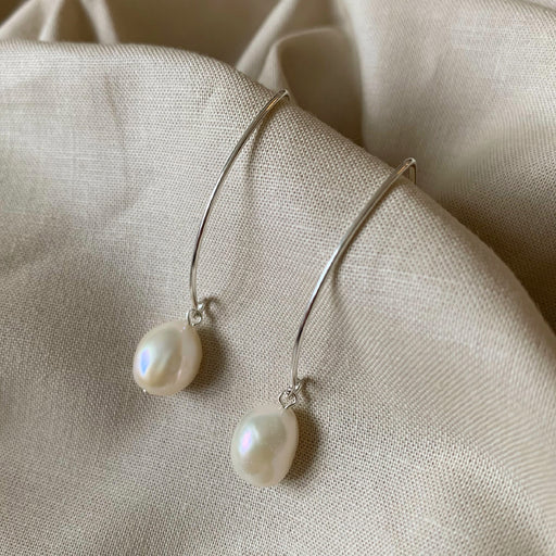 ELSA WHITE BAROQUE PEARL SILVER OVAL CREOL EARRING