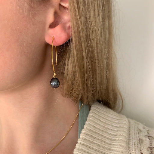 ELSA DARK GREY BAROQUE PEARL GOLDEN OVAL CREOL EARRING