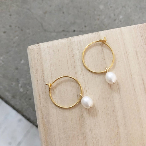 ELLIE WHITE PEARL GOLDEN CREOL EARRING