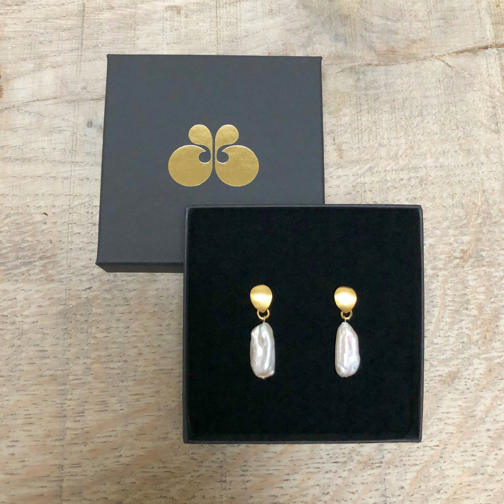 BELLA WHITE LONG BAROQUE PEARL GOLDEN EARRING