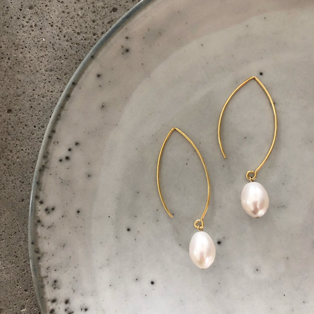 FIONA WHITE PEARL GOLDEN OVAL CREOL EARRING