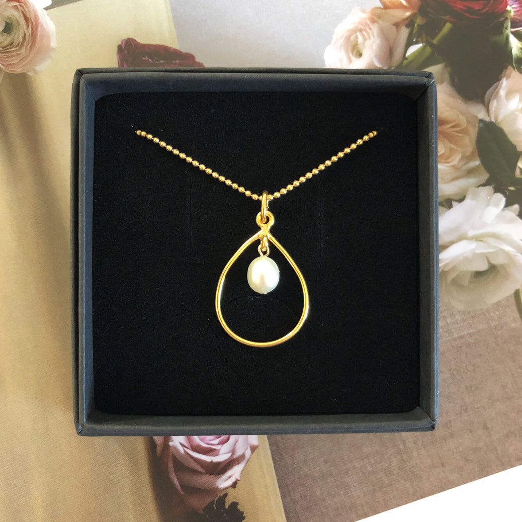 SANDRA PEARL GOLDEN EARRING NECKLACE SET