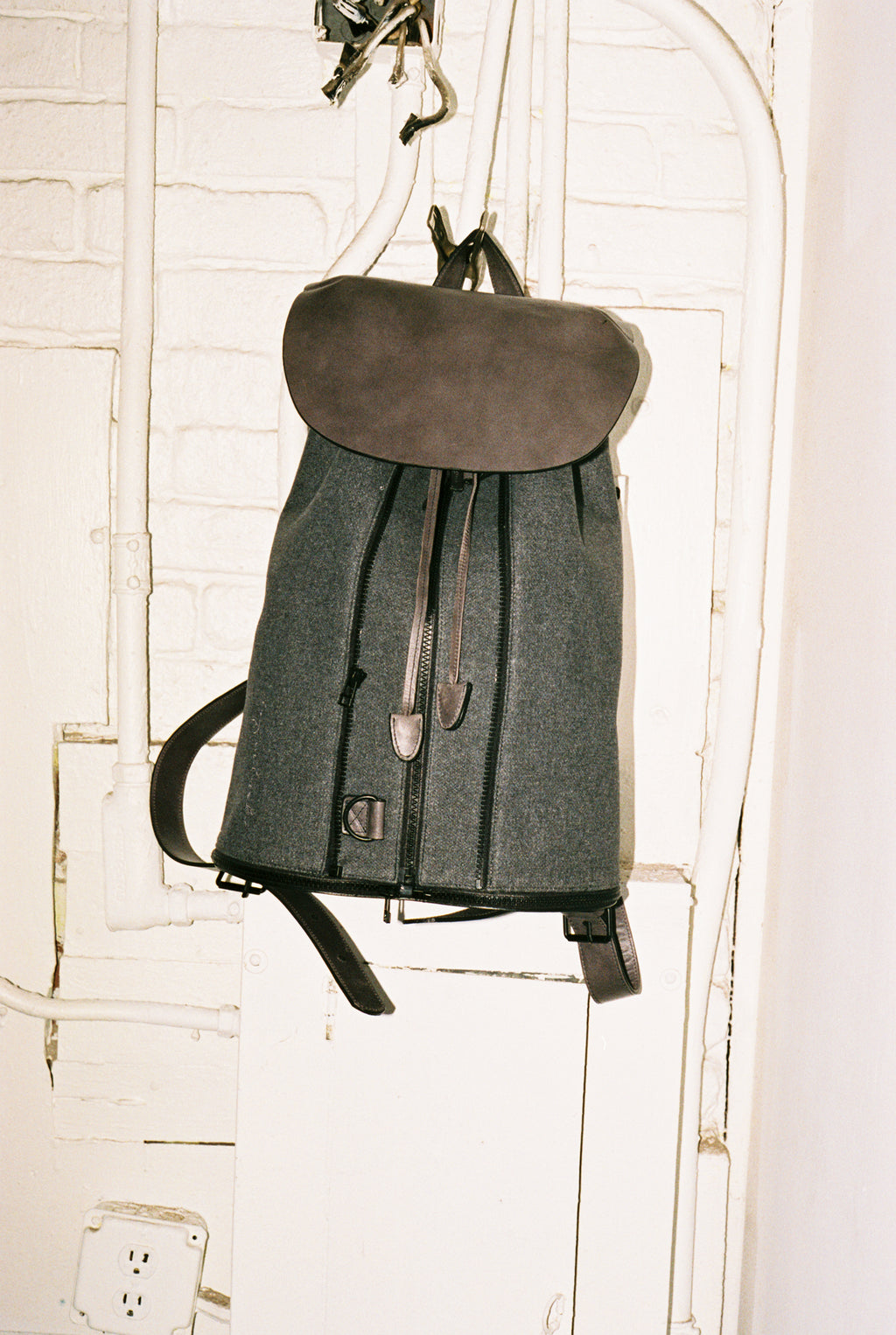 BACKPACK IN DARK GREY LEATHER & WOOL