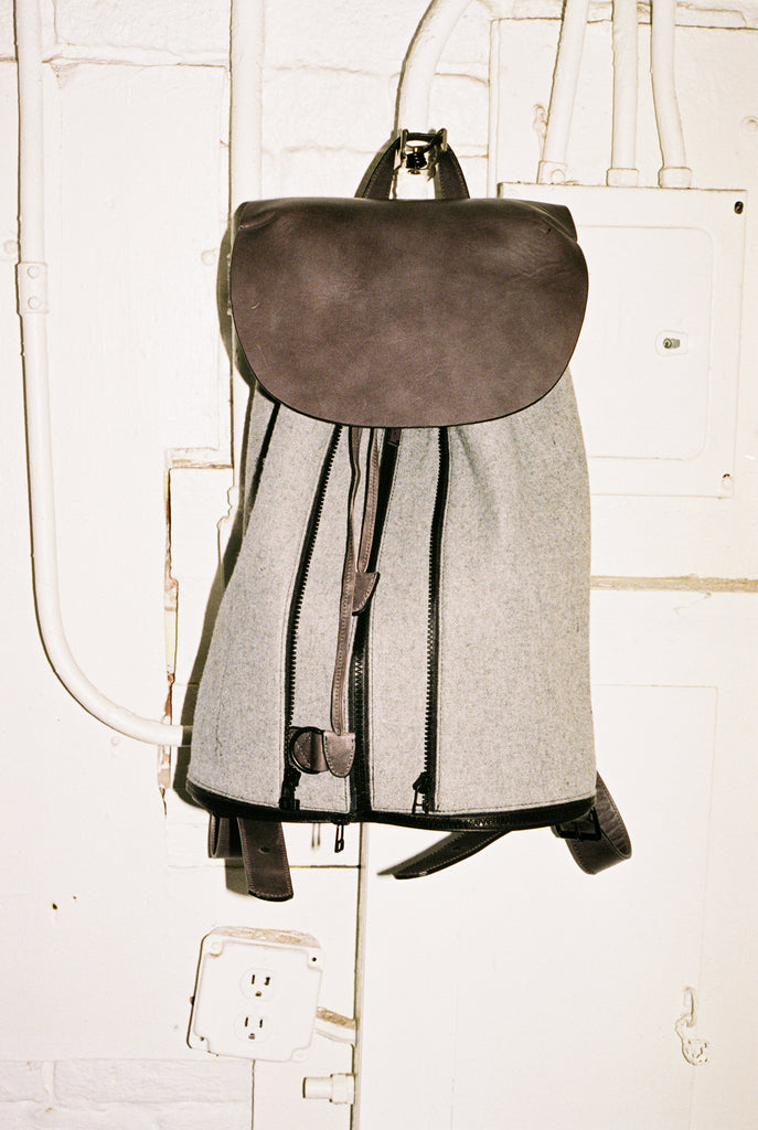 BACKPACK IN DARK GREY LEATHER & LIGHT GREY WOOL