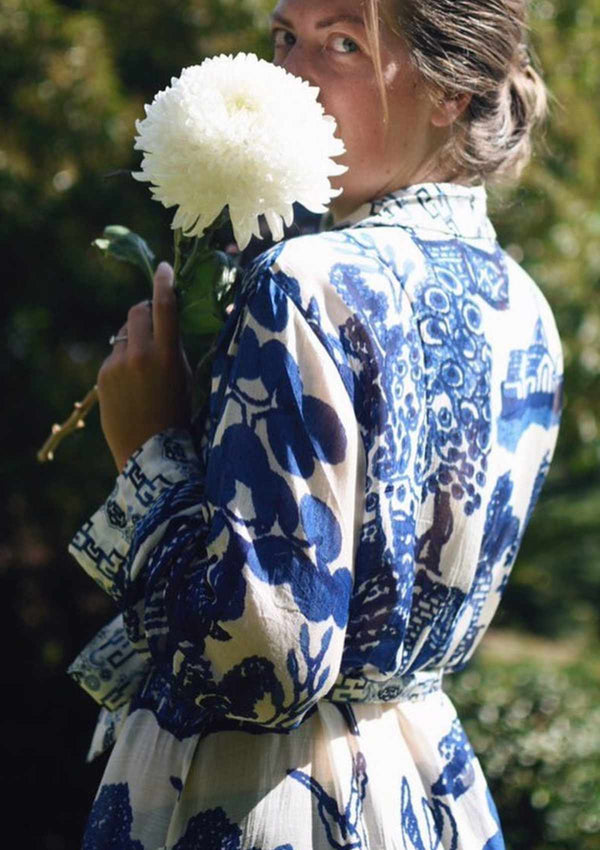 One Hundred Stars Kimono Dressing Gown Robe in Blue and White Giant Willow Print