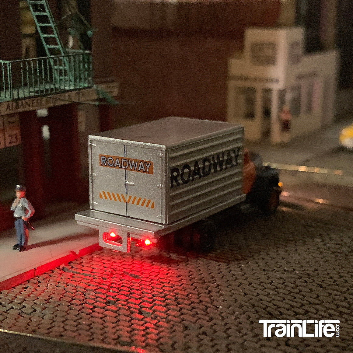 N Scale: Lighted I-H R-190 Box Truck - Roadway Express