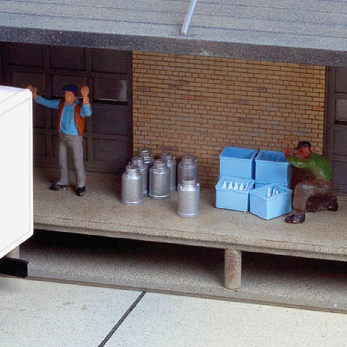 HO Scale: Milk Cans, Crates and Bottles - Kit