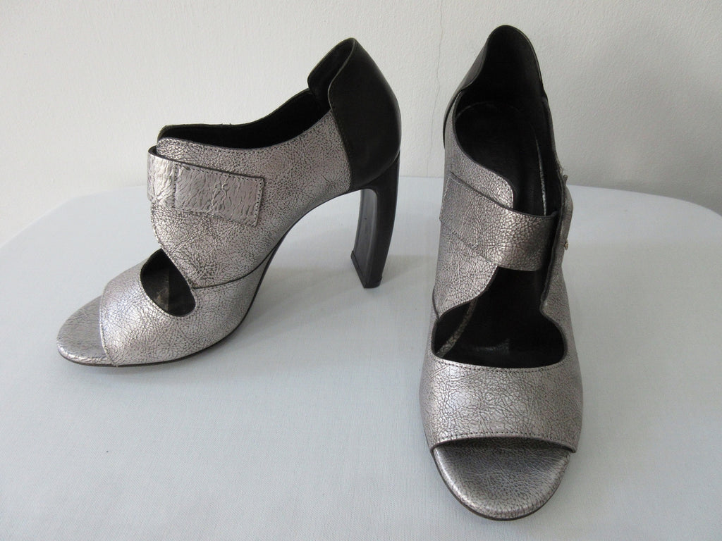 Vic Matie Buckled Silver Shoe. Product Number: Vic Matie 1L5510D.L90BDYB382 Sandalo Loeve/Alcazar 109/101, 9.5cm heel, 100% Leather, Made in Italy