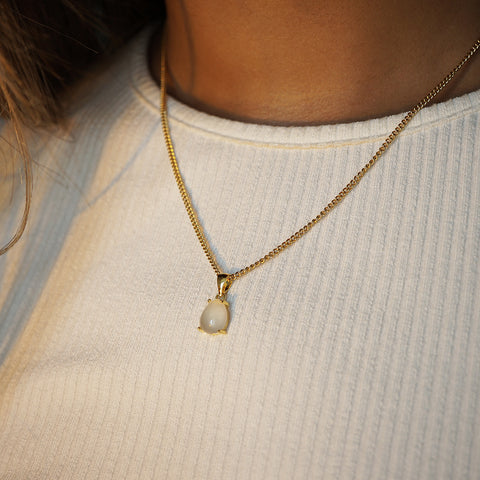 24k gold plated natural moonstone pendant necklace with adjustable 16-20 inch chain. Beautiful minimal accessory that will make the perfect gift for your mum this christmas.