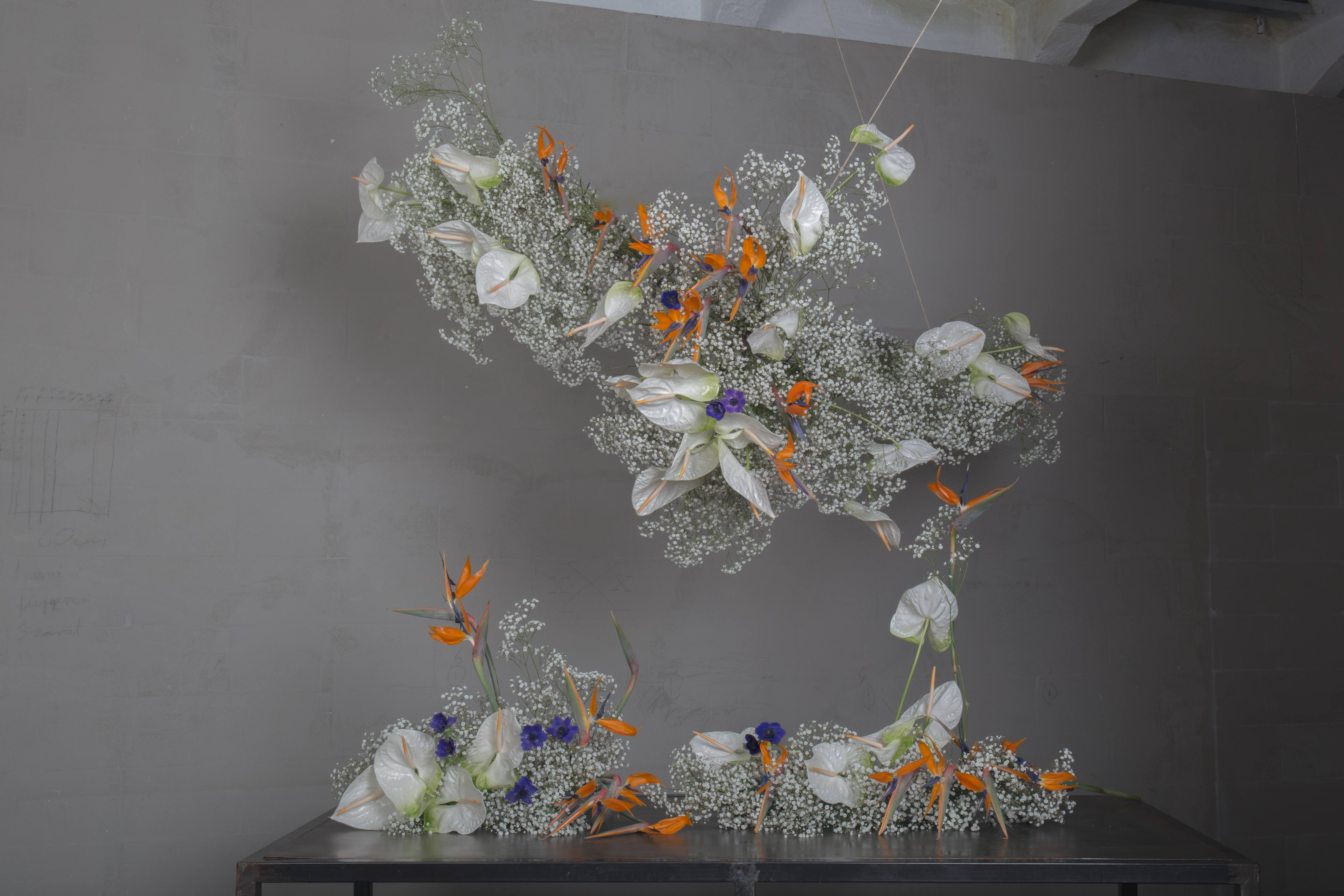 Main-hanging-centerpiece-and-table-pieces-Finecut-weddings-collection-4-2019-homogeneity-and-harmony-with-gypsophila-and-strelitzia-known-as-the-bird-of-paradise