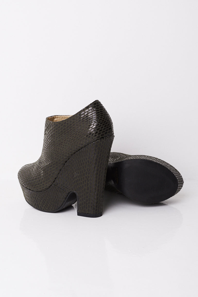 Ladies Textured Wedge Boots In Black