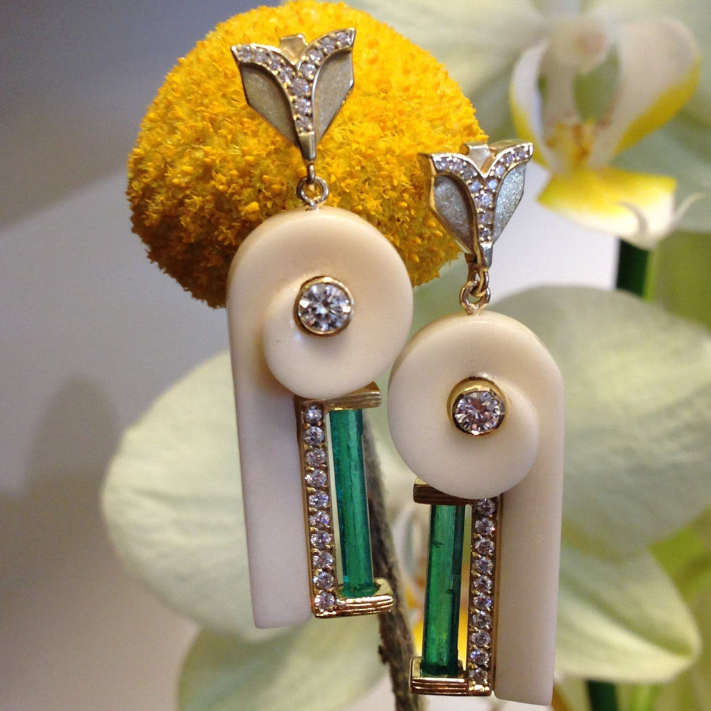 Art D'Eco Motif Diamond and Emerald Earrings in 18k Gold Jewelry