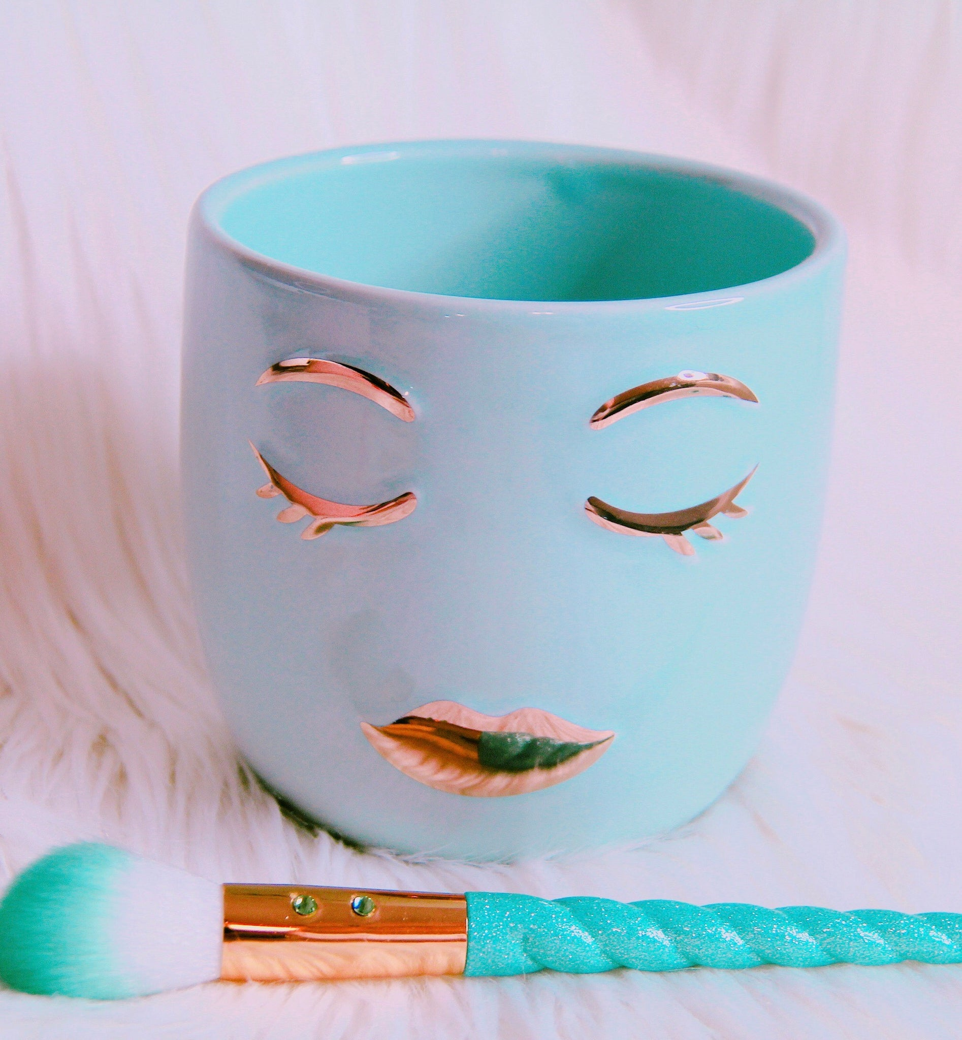 Eyelash girl teal brush holder