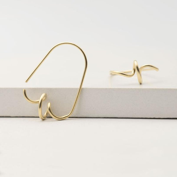 Wavy open hoops in Yellow gold plated