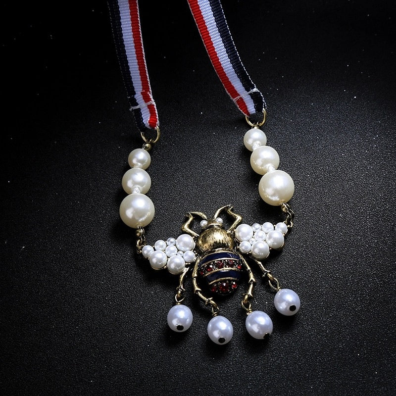 RIBBON MAXI PEARL BEE NECKLACE