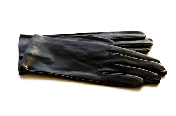These classically styled black gloves are made in Italy