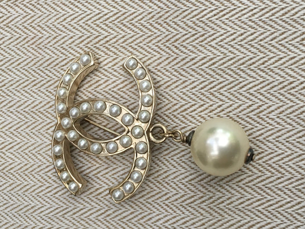 CHANEL LOGO CC 11A 2011 FAUX PEARL DROP BROOCH PIN JUST AMAZING Ladies