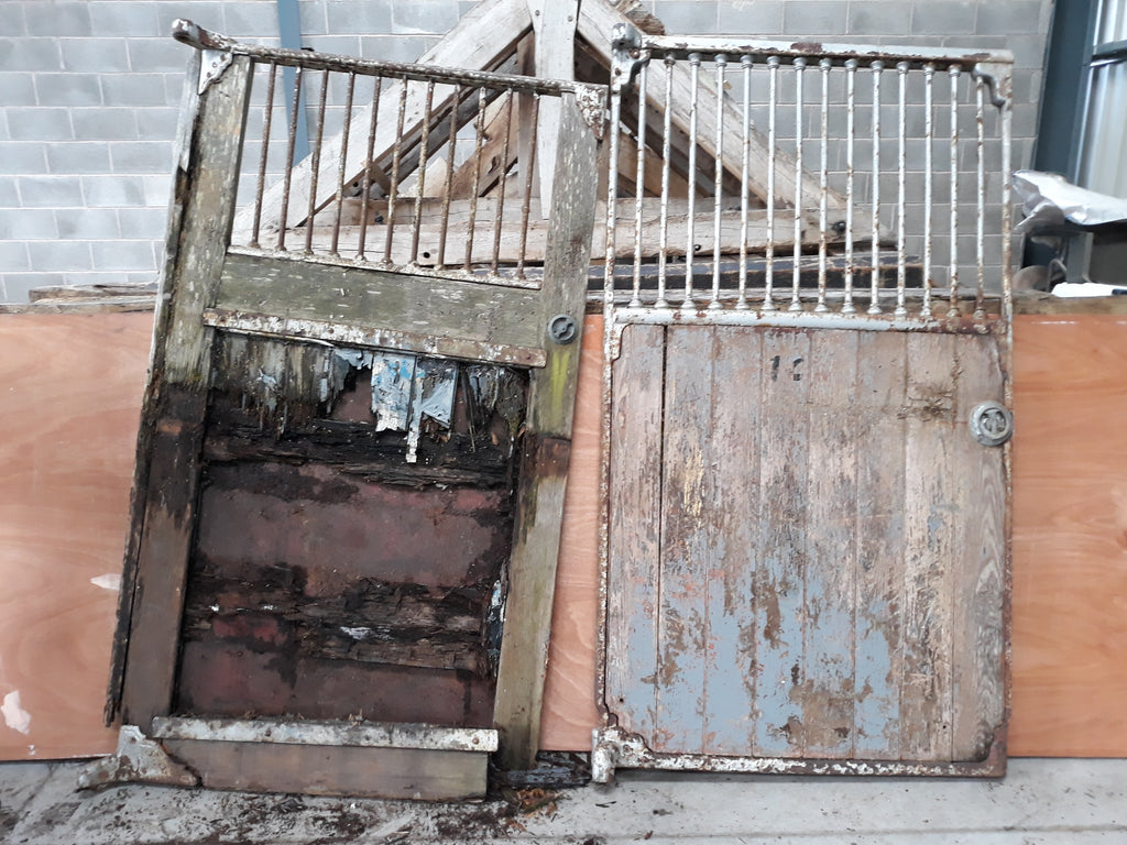 Pallet Of Antique Equestrian Stable Doors & 30ft Cast Iron Railings