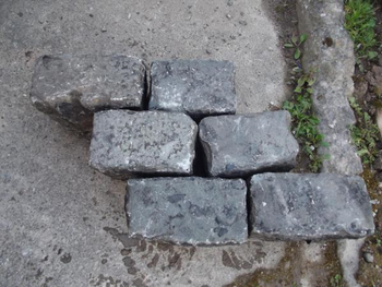 Reclaimed Mid Grey Granite Cobbles Setts (per tonne)