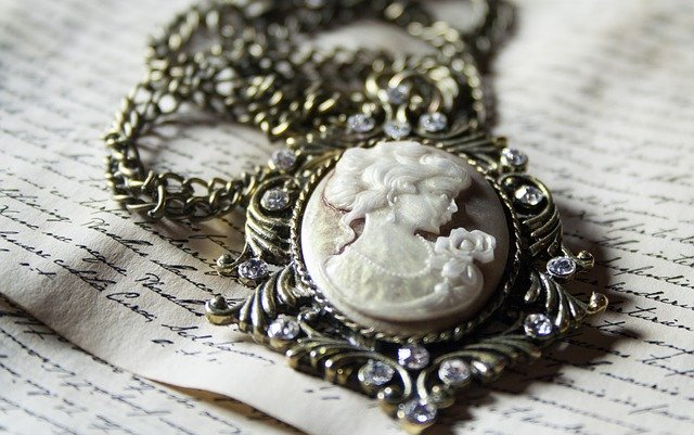 What Makes Vintage Jewelry Vintage? antique chain