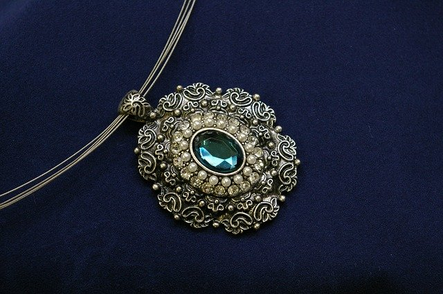What Makes Vintage Jewelry Vintage? estate necklace