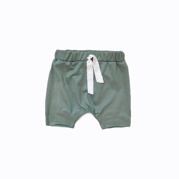 Raw hem short in sage