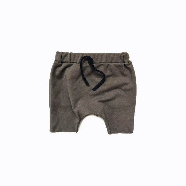Raw hem short in walnut (organic)