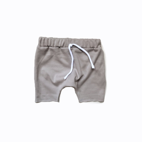 Raw hem short in stone (organic)