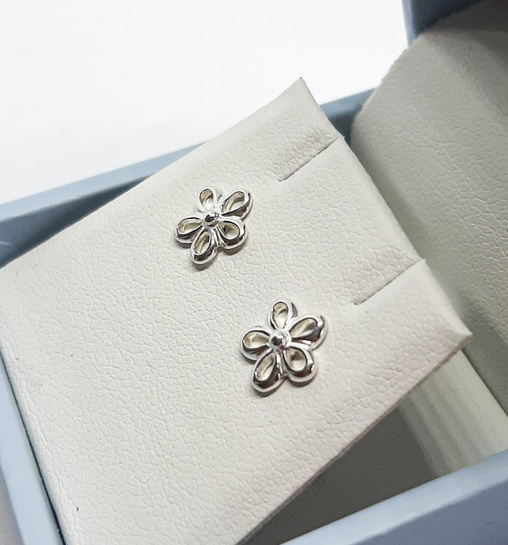 Dew Open Daisy Flower Stud Earrings