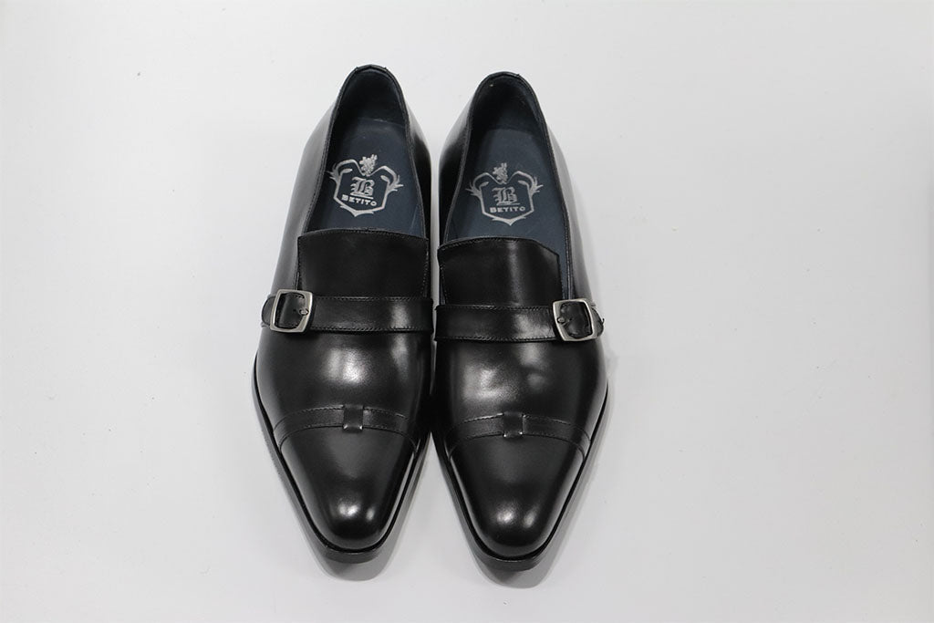 BLACK BUCKLE LOAFER WITH A PLAIN CAP TOE