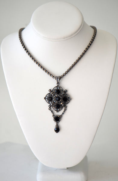 Chain with black jeweled pendant set