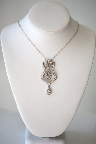 Chain with jeweled pendant Clear stone