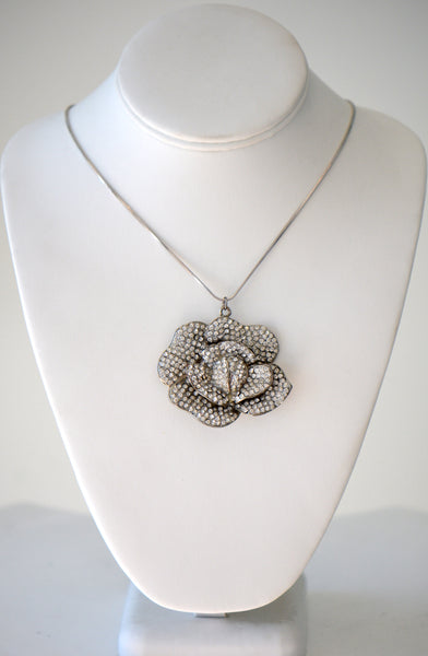 Chain with floral pendant