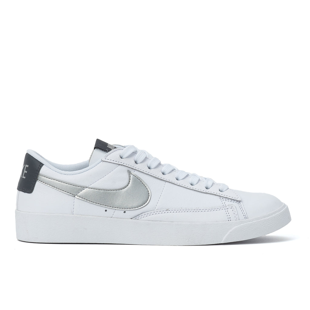 nike blazer low le icon clash blanc argent gris femmes tennis chaussures sneakers off the hook oth boutique streetwear canada