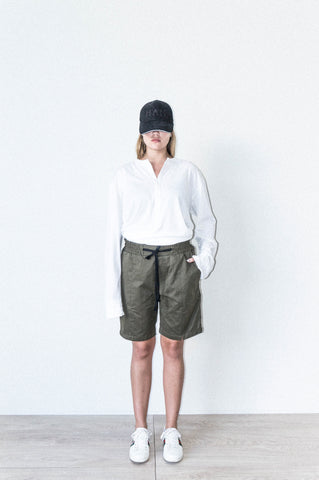 BOX SHORT W/ SIDE SEAM DETAIL IN PEACHED OLIVE COTTON DRILL