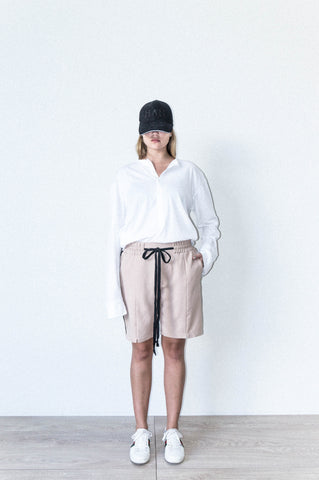 BOX SHORT W/ SIDE SEAM DETAIL IN BEIGE WOOL CREPE