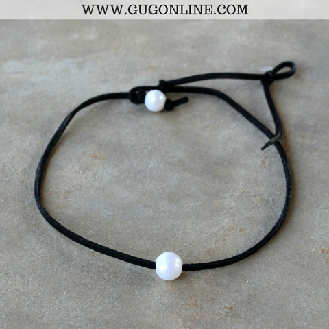 Leather Choker Necklace with Pearl in Black