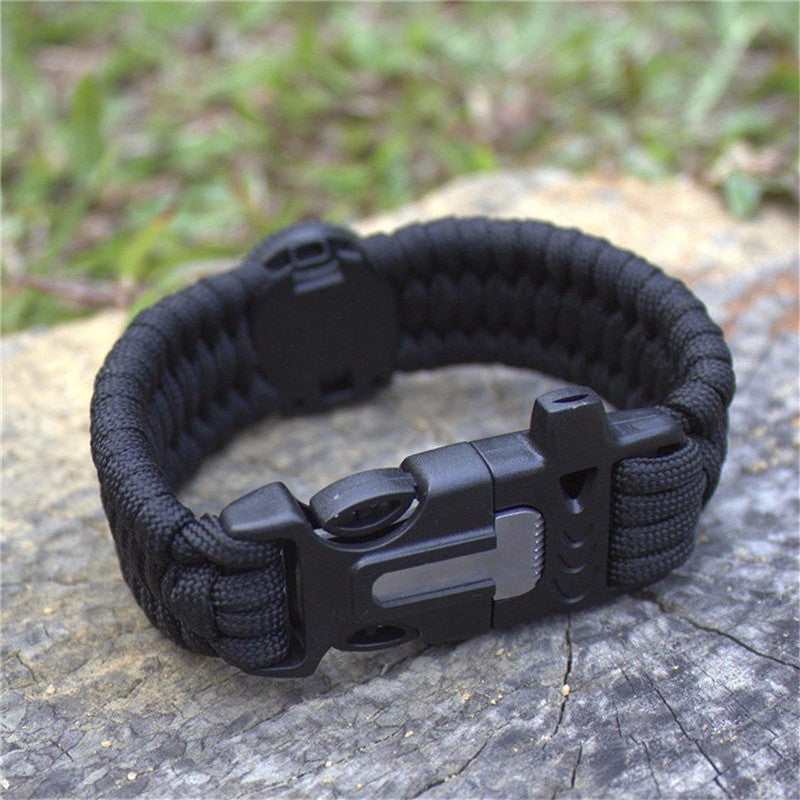 How to use a paracord survival bracelet with fire starter