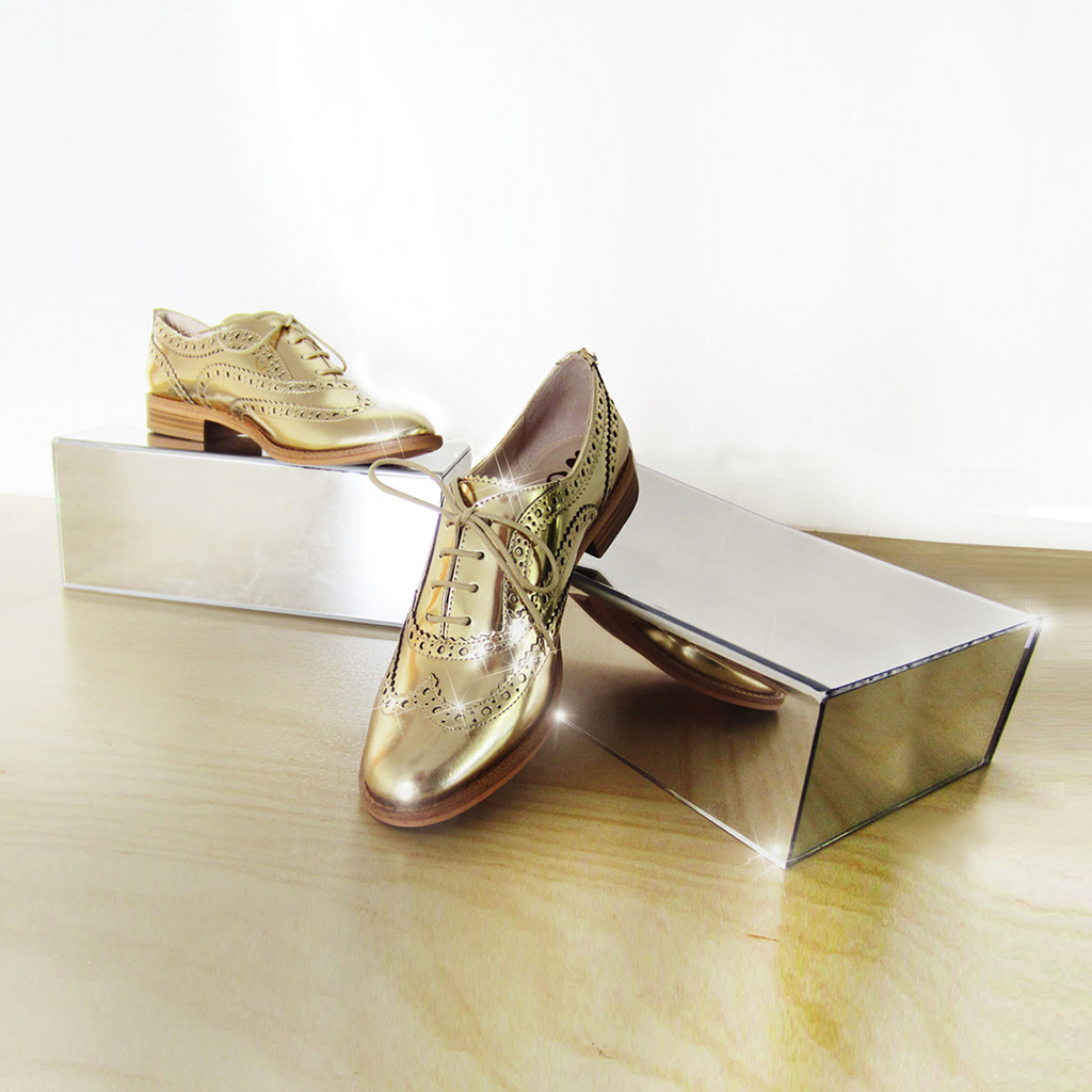 Mirror shoe display in pair
