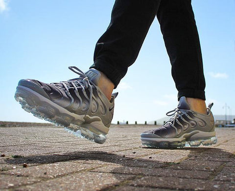 NIKE AIR VAPORMAX PLUS SHOES – WOLF GREY/BLACK/WHITE