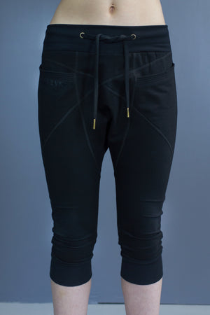 Size 16 Riley capri length joggers - black