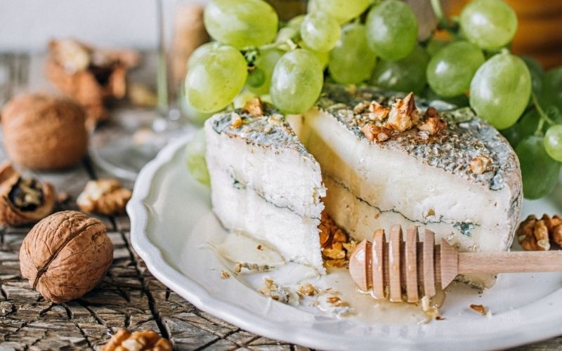 Young goat cheese with grapes